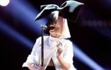 Знаменитый певец признался, что украл ее фото в обнаженном виде