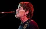 Британский певец был госпитализирован после падения во время концерта - СМИ